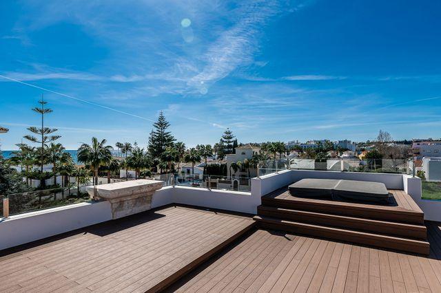 Villa en la segunda linea de la playa en Golden Mile Marbella