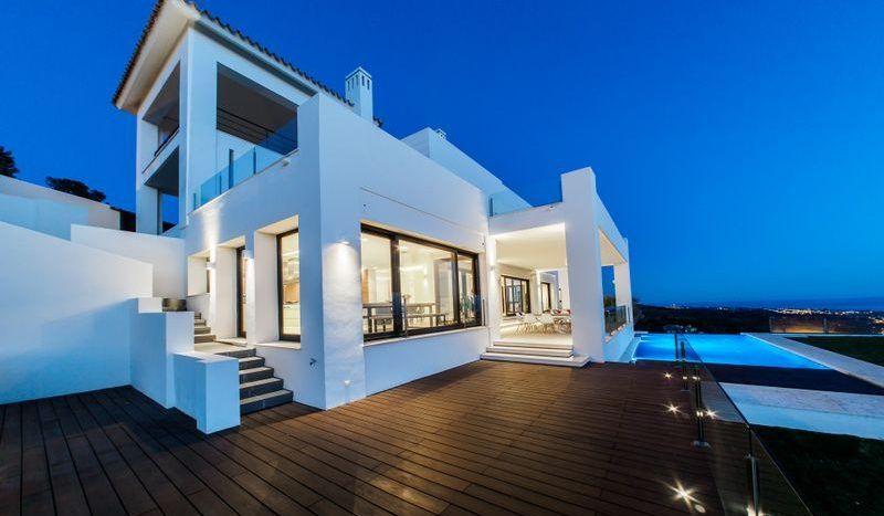 Villa moderna con vistas panorámicas al mar en Marbella