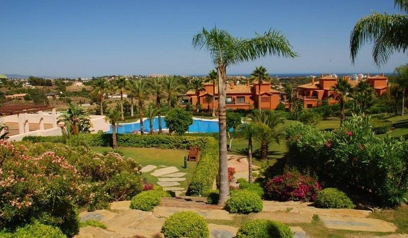 Apartment with open sea views on the golf valley Atalaya Golf