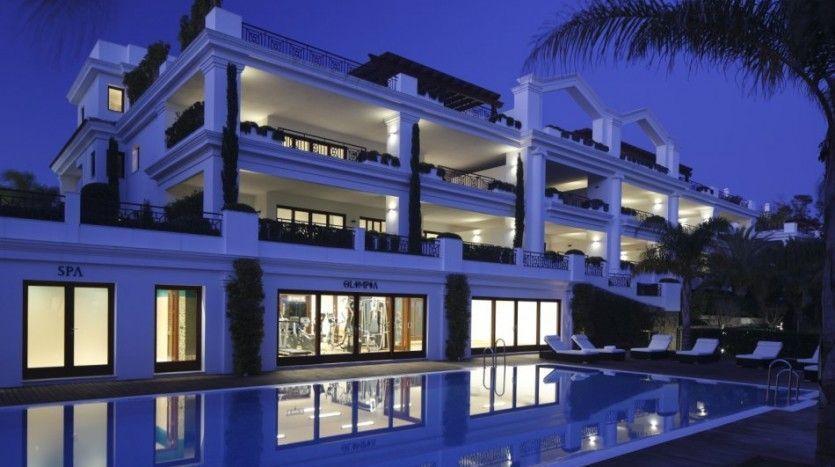 **Luxury frontline beach apartment