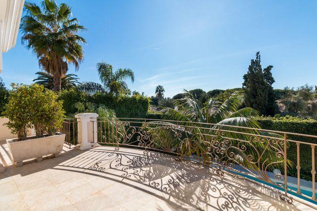 Classic villa on the beach side in Golden Mile Marbella