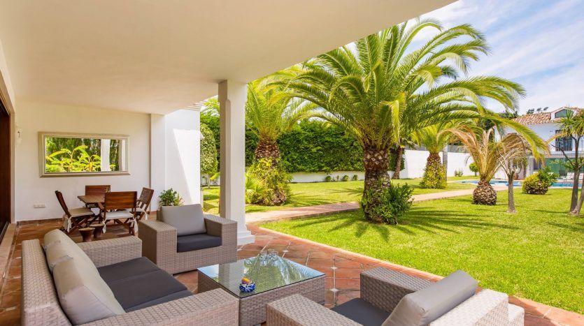 Cortijo-style villa next to the beach in Guadalmina Baja