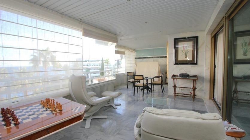 Wonderful beach front apartment with panoramic sea views
